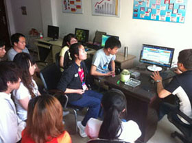 唐朝seo主管在為員工指導工作